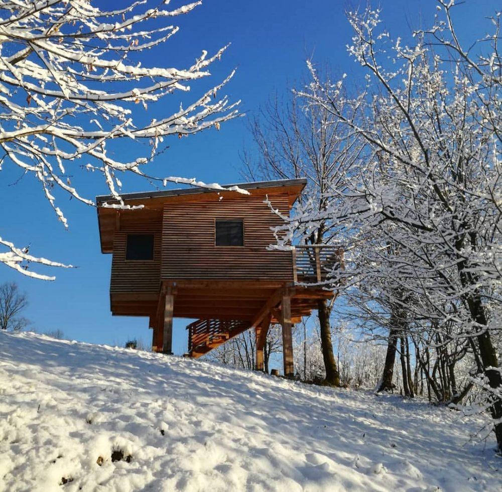 """Agriturismo Parco del Grep - Case sugli alberi - Monferrato, Piemonte - Casetta """"I Ciliegi"""" in inverno con la neve"""